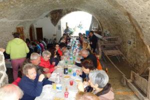Almuerzo después de la visita al Giardino della Memoria, viejos carros y enfardadoras completan el cuadro